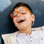 Criança sorrindo com deficiência intelectual