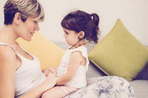 Vemos uma mãe tentando melhorar o atraso na fala da criança. Saiba quando levar ao fonoaudiólogo!