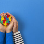 símbolo de mãos com um quebra-cabeça colorido representando formas de tratamento para autismo