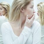 mulher em frente ao espelho com diferentes emoções representa o transtorno bipolar