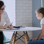 Vemos uma criança em uma consulta. Conheça a importância da psicopedagogia!